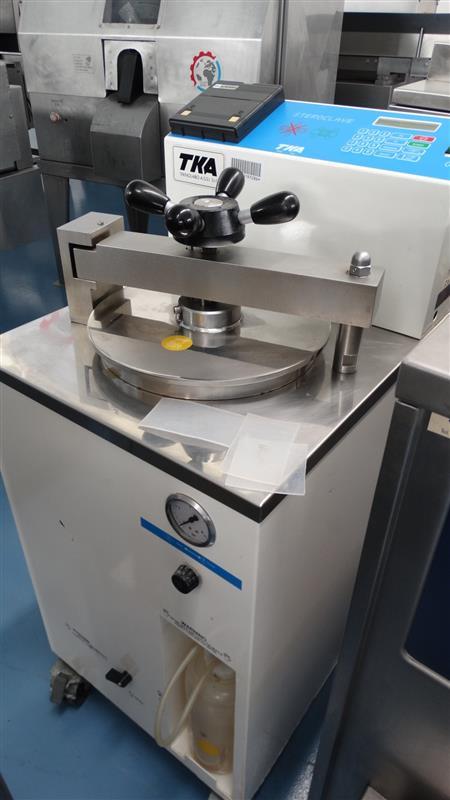 1 autoclave vertical de laboratorio tka
