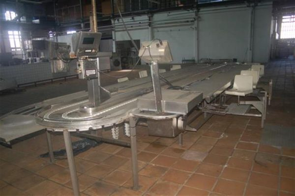 1 mesa de trabajo de pescado en acero inox con 8 puestos. l 9.50 m a 3.6 m