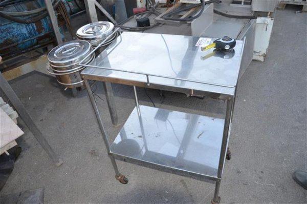 1 mesa de trabajo en acero inox. l 0.82 m a 0.4 m