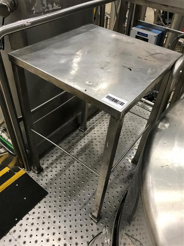 1 mesa de trabajo inox. l 0.60 m a 0.60 m