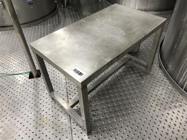 1 mesa de trabajo inox. l 0.90 m a 0.50 m