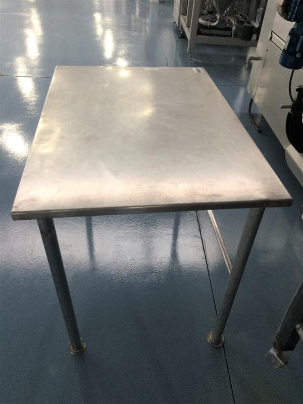 1 mesa de trabajo inox. l 1.10 m a 0.75 m