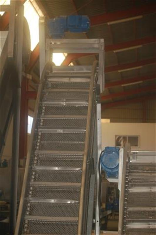 2 elevador de cangilones con malla perforada en acero