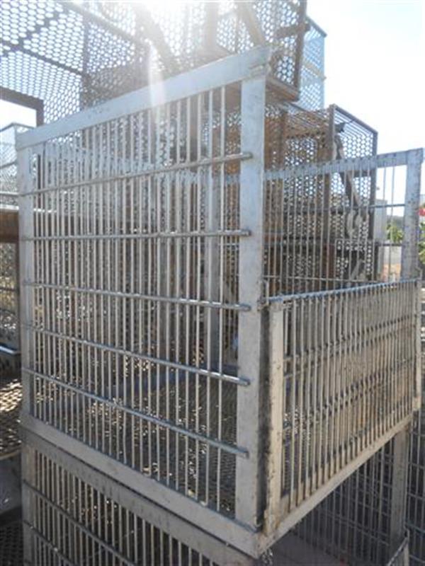 2 jaulas con puerta lateral y 4 carros en acero inox.94 cm x 94.5 cm
