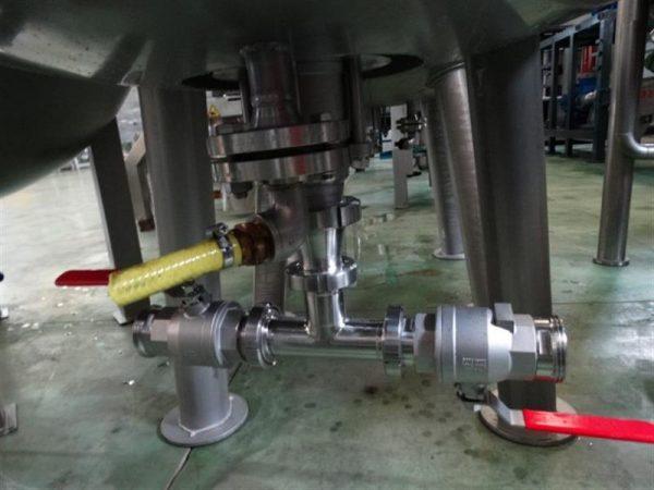 4 deposito vertical de doble fondo conico con agitador en inox 1250 l